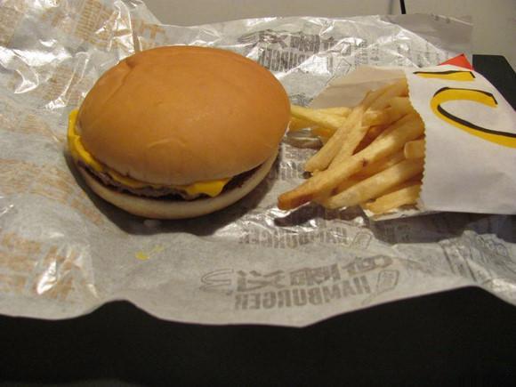 Чизбургер и картофель фри