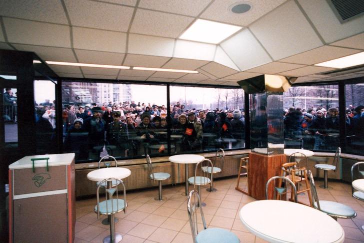 Очередь за окнами Макдоналдс