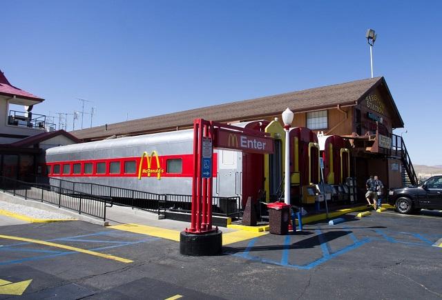 Макдональдс в вагоне поезда