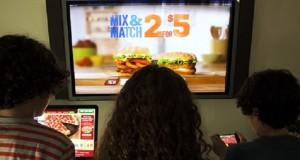 Сколько рекламных роликов о фастфуде ежегодно видят американские дети