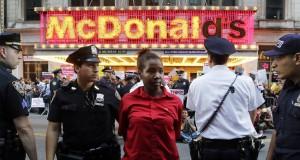 Более 450 работников фаст фуд арестованы в ходе забастовки в США