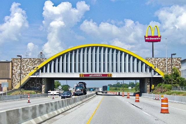 Макдональдс над шоссе