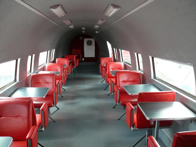 Интерьер Макдональдс расположенного в самолете