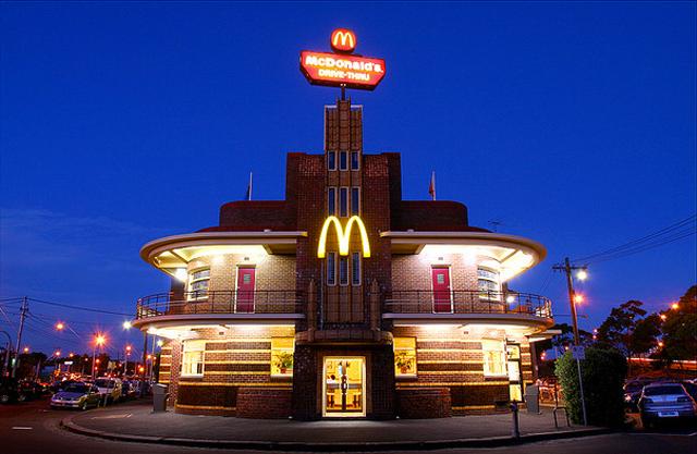 Макдональдс в здании гостиницы United Kingdom